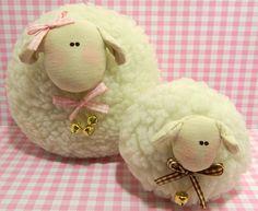 Feito em tecido carapinha que parece a lãzinha da ovelhinha, enchimento anti-alérgico. <br>Decoração de ambientes infantis. <br>Tamanho da mamãe - 15 cm de altura e 15cm de largura. <br> filhotinho - 10 cm de altura e 10 cm de largura.
