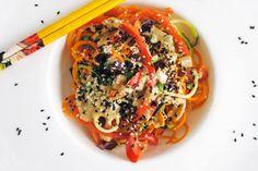 Oggi ti consigliamo…Verdure in Salsa Pad Thai! Una ricetta proposta da Elena Dal Forno nel numero natalizio di CrudoStyle.