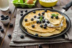 Vad sägs om de här lyxiga och nyttiga pannkakorna till helgfrukost? 1 portion 1 stor ekologisk banan 2–3 dl vatten eller valfri nötmjölk 1 dl bovetemjöl ½ dl ärtprotein ½ dl mandelmjöl 3 msk chiafrö 1 tsk äkta vaniljpulver 1 krm kanel Garnering: Kokosgrädde (vispad) Blåbär Allt mixas först och steks på medelhög värme i …