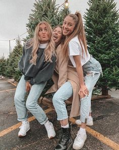 - Source by alissa_baumgartner - Best Friends Shoot, Best Friend Poses, Cute Friends, Photoshoot With Friends, Poses With Friends, Photoshoot Ideas, Cute Poses For Pictures, Cute Friend Pictures, Family Pictures