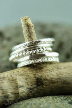 Sterling zilveren stapelen 5 Ring Set stapelen Zilveren Ring, stapelbare Ring, Ring, getextureerde Ring, Ring, patroon Ring, reliëf Ring, Floral Ring, Faceted Ring, dunne Ring, gehamerd  Set van 5 Zilveren stapelen ringen, elk 2mm breed  Handgemaakt van 100% gerecycled eco vriendelijke zilver  1 x plain ring 1 x geciseleerde textuur ring 1 x geciseleerde achthoekige ring 1 x parel kralen ring 1 x reliëf patroon ring  Elke set is individueel gemaakt naar uw grootte  Al mijn objecten zijn…