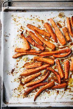 Pieczona marchewka z masłem orzechowym