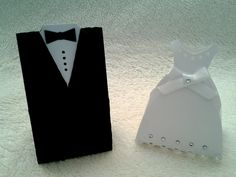 PRODUTO: Caixinhas noivos. Material papel color set e couche. BRINDE:: Acompanha tag com nome dos noivos. Para colocar lembrancinha, doces, chocolates, amêndoas... Fica lindo para enfeitar a mesa de doces ou outra mesa da festa de casamento. PREÇO UNITÁRIO: O  PAR CUSTA O DOBRO PEDIDO MÍNIMO: 50 UNIDADES  ATENÇÃO Produtos artesanais, sujeitos a pequenas alterações de matéria prima (ex. cores, tonalidade de impressão, cores de laço e fita, pequenas variações de tamanho), no entanto mantendo a…