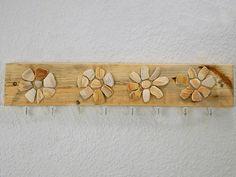 Hakenleisten - Hakenbrett a. Treibholz mit Blumendeko a. Muscheln - ein Designerstück von SchlueterKunstundDesign bei DaWanda
