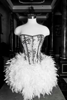 Burlesque feather corset by Glamtastik