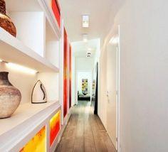 Arredamento corridoio stretto e lungo - Corridoio arredato con libreria e oggetti