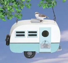 Travel Trailer Birdhouse Woodcrafting Pattern A colorful, nostalgic project that will add a decorative touch to your yard or garden and be thoroughly enjoyed by your birds! Wooden Bird Houses, Bird Houses Diy, Wooden Bird Feeders, Bird House Plans, Bird House Kits, Retro Travel Trailers, Winfield Collection, Wood Craft Patterns, Toy Barn