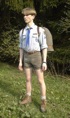 Einige #Pfadfinder tragen kurze #Lederhosen als Teil der Tracht ---- Some German…