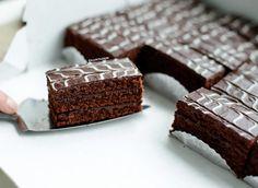 Chocolade gebakjes op Kookmutsjes | Wie houdt er nou niet van een heerlijke chocolade cake? Deze cake van meerdere lagen hoeft maar 10 minuten de oven in te… Cupcake Images, Mini Cheesecakes, Special Recipes, High Tea, No Bake Desserts, No Bake Cake, Fudge, Creme, Food And Drink