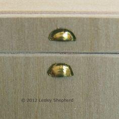 Make Dollhouse Scale Bin Pull Handles  Griffe aus Metall für Schubladen - Tutorial
