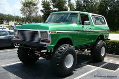 Ford Bronco with lift kit. 3/4 front left view. Hooters Hot Rods Cruise-In.