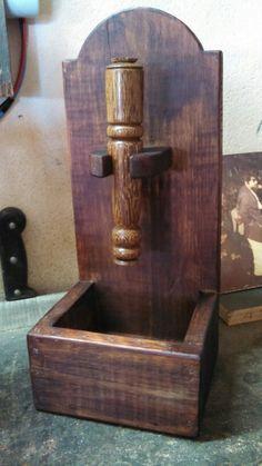 Porta abridor de garrafa artesanal com caixa para tampinhas.