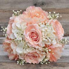 Buquê delicado para noivinhas românticas!  ⠀ Curta no Facebook: Blog Amor Mais Amor Acesse: www.blogamormaisamor.com ⠀