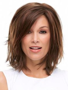 Thinking about giving your medium hair an update? Try a sassy and versatile long bob with bangs. The lob is a great choice for women of all ages because it's classy, timeless and suitable for different types of hair and face shapes. Angled Bob Haircuts, Best Bob Haircuts, Stacked Bob Hairstyles, Long Bob Hairstyles, Bride Hairstyles, Bobs For Thin Hair, Wavy Bobs, Choppy Bobs, Longbob Hair