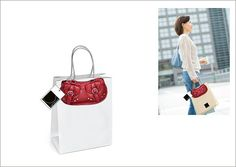 Imagem de uma bolsa aplicada em sacolas de compras simulando o uso do produto. (peça fantasma)