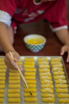 Kastengel. Perasaan kukis yang satu ini nggak ada yang nggak doyan deh. Dari anak anak sampe orang tua suka semua. Kecuali nenek nenek ... Food N, Food And Drink, Indonesian Food, Yummy Cookies, Cookie Recipes, Sweet Treats, Sweets, Snacks, Baking