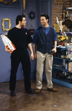 """FRIENDS -- """"The One Where Rachel Finds Out"""" Episode 124 -- Pictured: Matt LeBlanc as Joey Tribbiani, Matthew Perry as Chandler Bing -- Get premium, high resolution news photos at Getty Images Friends Tv Show, Tv: Friends, Chandler Friends, Friends Mode, Serie Friends, Friends Cast, Friends Episodes, Friends Moments, Friends Forever"""