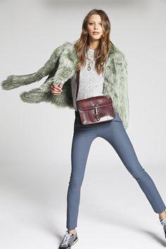 ¿NADA QUE PONERTE? La textura 'furry' de un abrigo de pelo largo sintético verde menta suaviza un look perfecto para el #CasualFriday cuyo protagonista son las #sneakers.