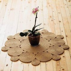 fieltro manualidades Do you want to have the Sun in your home? This carpet will make your room brighter and sunnier. Moreover, jute is such a strong material that it can be used e Jute Carpet, Diy Carpet, Jute Crafts, Diy Home Crafts, Rope Rug, Rope Decor, Woven Chair, Classic Rugs, Baskets On Wall