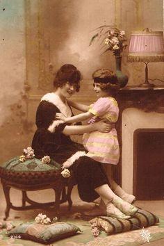 装飾の美しい暖かそうな部屋で微笑みあう親子のポストカード。モノクロの写真にほのかな色付けが施された幻想的な雰囲気です。ルイーズへ新年のあいさつを兼ねたノエルのカードです。フランスの蚤の市でセレクトしま…