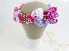 Kwiatowy wianek ślubny, ręcznie wykonany z tekstylnych kwiatów. Odcienie: amarant, fuksja, pudrowy róż, fiołkowy.  Do kupienia w ślubnym sklepie internetowym Madame Allure!