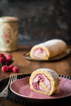 Raspberry swiss roll with creamy mascarpone filling Köstliche Desserts, Delicious Desserts, Protein Rich Foods, Cake Photography, Something Sweet, Cakes And More, Amazing Cakes, Food Inspiration, Gelatine