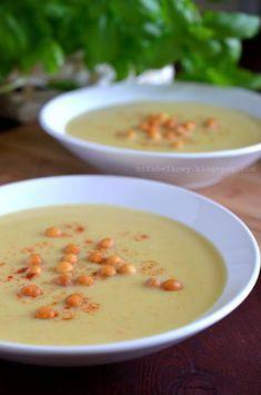 Pyszna zupa cebulowa, która – jak większość przygotowywanych przeze mnie zup-kremów – zawiera dodatek serka topionego, co czyni ją aksamitną... Cheeseburger Chowder, Soup Recipes, Cooking, Food, Impreza, Kitchens, Kitchen, Essen, Meals
