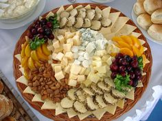 tabla de queso - Buscar con Google Meat Fruit, Cheese Fruit, Charcuterie, My Favorite Food, Favorite Recipes, Antipasto Platter, Beach Meals, Food Trays, Sweet Pastries