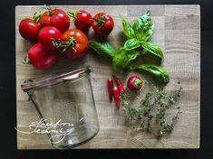 Zavařování rajčat je každoroční letní činností. Jak zpracovat rajčata? Pokud máte velkou úrodu rajčat a chcete je uchovat déle, existuje mnoho možností na zpracování rajčat.