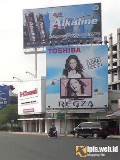 #Luna Maya Toshiba Regza LCD...