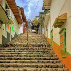 The towns near Medellín are very beautiful and visiting them is a very good idea. Discover 10 places full of nature, culture and coffee. Colombia Travel, Bus Tickets, Auto Service, Hostel, Lodges, South America, Rio, Beautiful Places, Tours