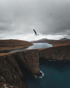 The waiting game, Lake Sørvágsvatn or Lake Leitisvatn in Faroe Islands // Benjamin Hardman