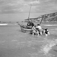 Nazaré, 1953-57, ph. Artur Pastor Old Pictures, Old Photos, Vintage Photos, Black White Photos, Black And White, Barcelona, Fish Art, Photo Colour, Algarve