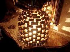 Une lampe tamisée ou veilleuse pour les enfants réalisée avec des bouchons en liège.