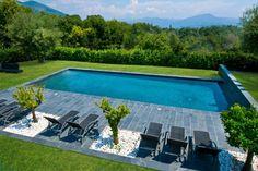 design pour votre piscine rectangulaire avec chaises longues tout confort