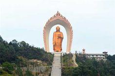Le plus haut Bouddha est chinois - 48 mêtres de haut. Temple Donglin représenterait le berceau de la terre pure.