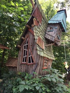 Sleepy Hollow Brings Magical Fairy Gardens To - Fairy Lights Terrace Tree House Designs, Tiny House Design, Fairy Garden Houses, Fairy Gardens, Decoration Gris, Crooked House, Bois Diy, Unusual Homes, Amazing Buildings