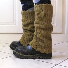 alternative for boots Guêtres Au Crochet, Crochet Boots, Crochet Gloves, Freeform Crochet, Love Crochet, Crochet For Kids, Crochet Leg Warmers, Crochet Winter, Couture Sewing