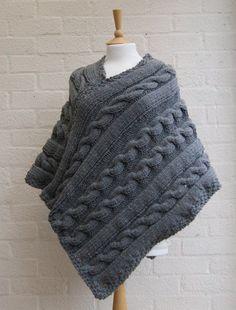 Chunky beau tricot, poncho gris tricoté épais à la main. Tricoté pour sadapter à toutes les tailles. le gris mélange de laine et de laine végétalien avec des petites taches de rouge, jaune et bleu mélangé à la laine. Le fil est un mélange de 25 % laine et 75 % laine acrylique de végétalien Lavage à la main ou cool machine laver et sont posées à plat pour sécher disponible pour expédier immédiatement Merci de votre visite à la boutique