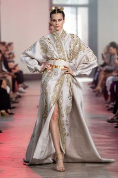 Elie Saab Fall 2019 Couture Fashion Show Collection: See the complete Elie Saab Fall 2019 Couture collection. Look 50 Elie Saab Couture, Kimono Fashion, Fashion Dresses, Kimono Style Dress, Slit Dress, Belted Dress, Wrap Dress, Dress Dior, Mode Kimono