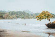 Costa Rica staat al jaren op de kaart van de surfer, en het kleine land heeft twee kusten die bezaaid zijn met golven. Terwijl ervaren surfers uit de hele wereld naar Costa Rica komen om beroemde breaks zoals Witch's Rock, Salsa Brava en Playa Hermosa te surfen, komen beginnende surfers massaal om te leren surfen. Waar kun je surfen in Costa Rica en hoe is het? Surf Travel, Surf Trip, Costa Rica, Learn To Surf, Tamarindo, Backpacker, Lonely, Surfboard, River