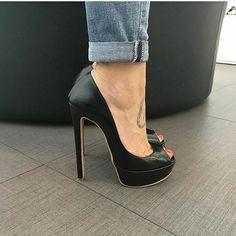 Peep toe platform pumps. Tacchi Close-Up #Shoes #Tacones #Heels #stilettoheelspumps
