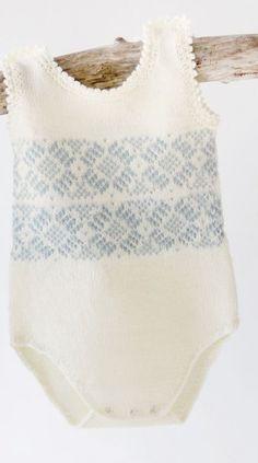 Dale Garn oppskrift på baby body som du kan strikke til den lille Knitting For Kids, Baby Knitting Patterns, Free Knitting, Knitting Projects, Crochet Girls, Crochet Baby, Knit Crochet, Retro Baby, Newborn Outfits