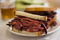 Spiegazione passo passo di come il panino al pastrami del Katz's Delicatessen di New York è diventato una leggenda