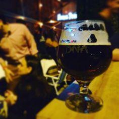 A casa está cheia e estamos com nome na fila mas já podemos começar a conhecer os chopps da casa da @cervejariahocuspocus. Claro que pedimos uma porção de azeitonas fritas para conhecer! #bar #drinklocal #beerporn #instacerveja #instabeer #craftbeer #cervejaartesanal #cerveja #beer #birra #cerveza
