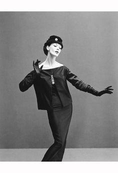 Dovima, soirée ténébreuse ensemble, Aut:mn:Winter Collection 1955, Y Line, Paris, August 1955 © Richard Avedon