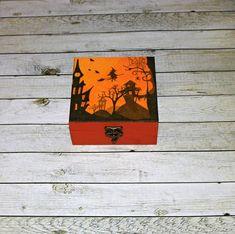 Strašidelný+les+Dřevěná+krabička+o+rozměrech+cca+13,2x13,2+cm+a+výšce6,1+cm.+Krabička+je+natřena+akrylovými+barvami,+ozdobená+technikou+decoupagea+zapínáním.+Následně+přetřena+lakem+s+atestem+na+hračky,+uvnitř+nechána+přírodní. Decoupage, Create, Handmade, Hand Made, Handarbeit