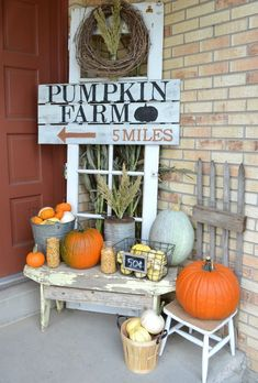 Popular Fall Outdoor Decorating Ideas That Looks Cool 07 Fall Home Decor, Autumn Home, Fall Yard Decor, Front Porch Decorating For Fall, Fall Outdoor Decorating, Outdoor Fall Decorations, Primitive Fall Decorating, Country Fall Decor, Vintage Fall Decor