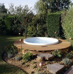Whirlpool im Gartens selber bauen Badetonne im Boden | Garten ...