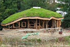 dream come true! This is a 9 step guide to building a straw bale roundhouse with a reciprocal green roof. Earthship, Cob Building, Building A House, Green Building, Casa Dos Hobbits, Living Roofs, Living Walls, Natural Homes, Earth Homes